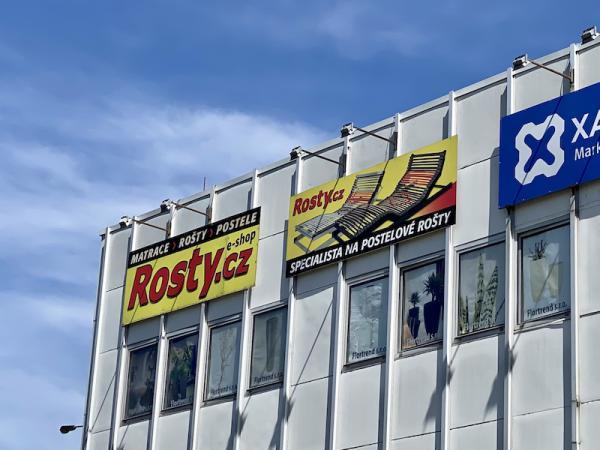 Billboardy s reklamou Rosty.cz uvidíte pøi jízdì autem na budovì ÈTK z Jížní spojky.