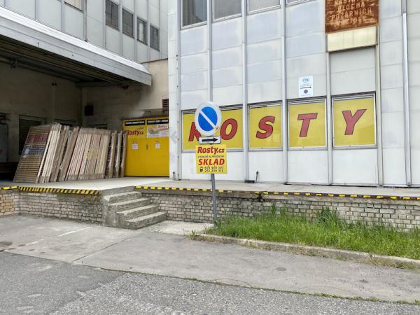 Žluté dveøe slouží jako vstup do Prodejního a výdejního skladu. U vchodu je možné využít nakládací rampu. Vítejte u nás :-)
