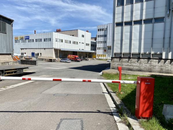 Pohled od závory na vstup do Prodejního a výdejního skladu Rosty.cz. Závoru zvedá automaticky Security ÈTK, pokud se závora nezvedá, tak zatrubte!
