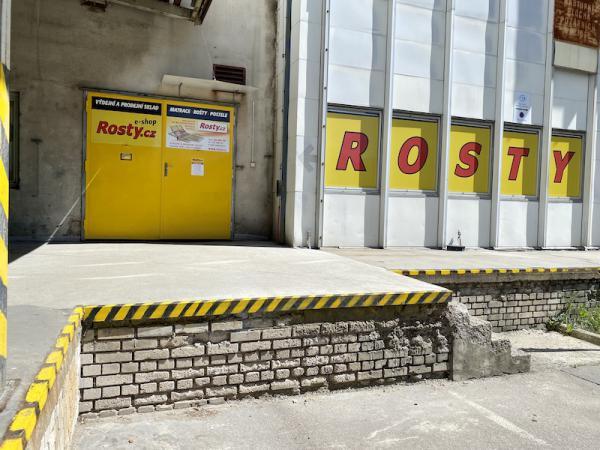 Žluté dveøe slouží jako vstup do Prodejního a výdejního skladu. Vstup slouží zároveò jako nakládací rampa. Vítejte u nás :-)